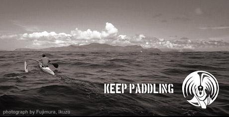 プロオーシャンアスリート荒木汰久治のブランド【KEEP PADDLING】心に響く信念とメッセージが込められたシンプルなデザインのTシャツ